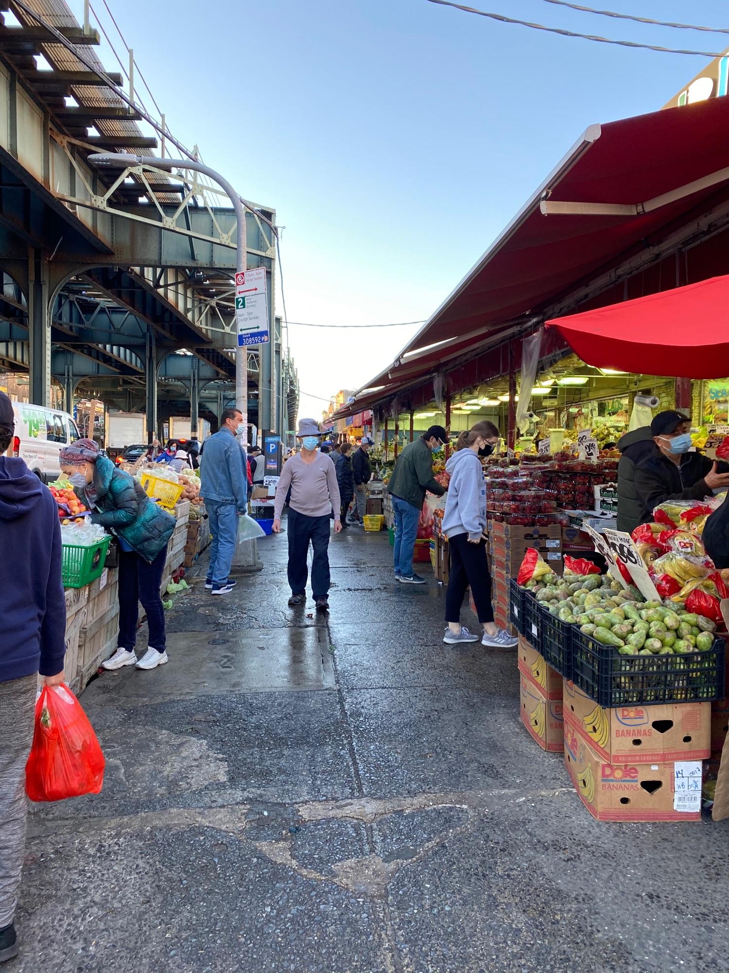 Рынок на улице под трейном.Китайский.