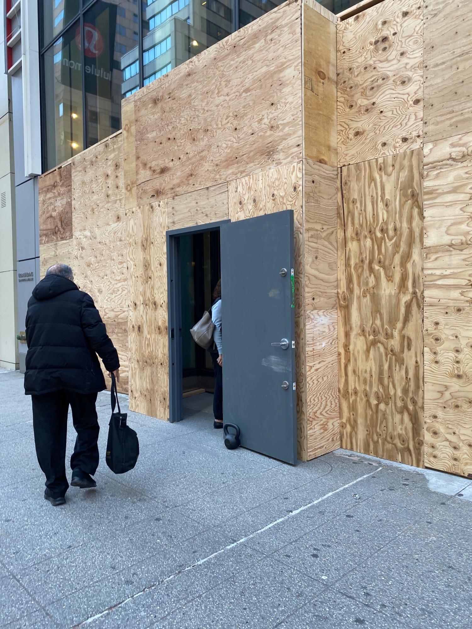 Витрины Манхеттена на утро после выборов.(Гирька понравилась)