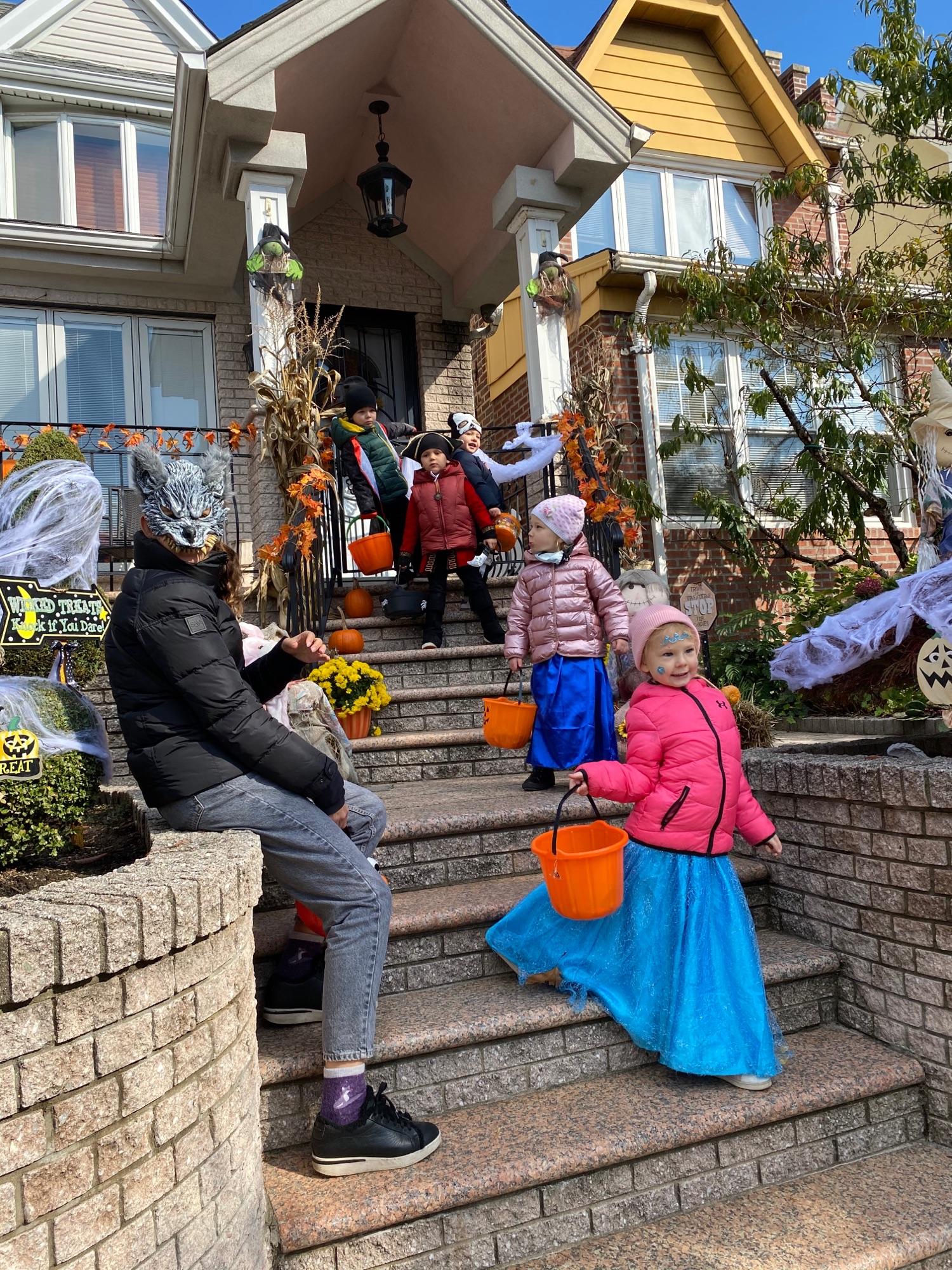 Дети на Хеллоуин собирают конфеты.В районе Дайкер Хайтс , недалеко от нас)