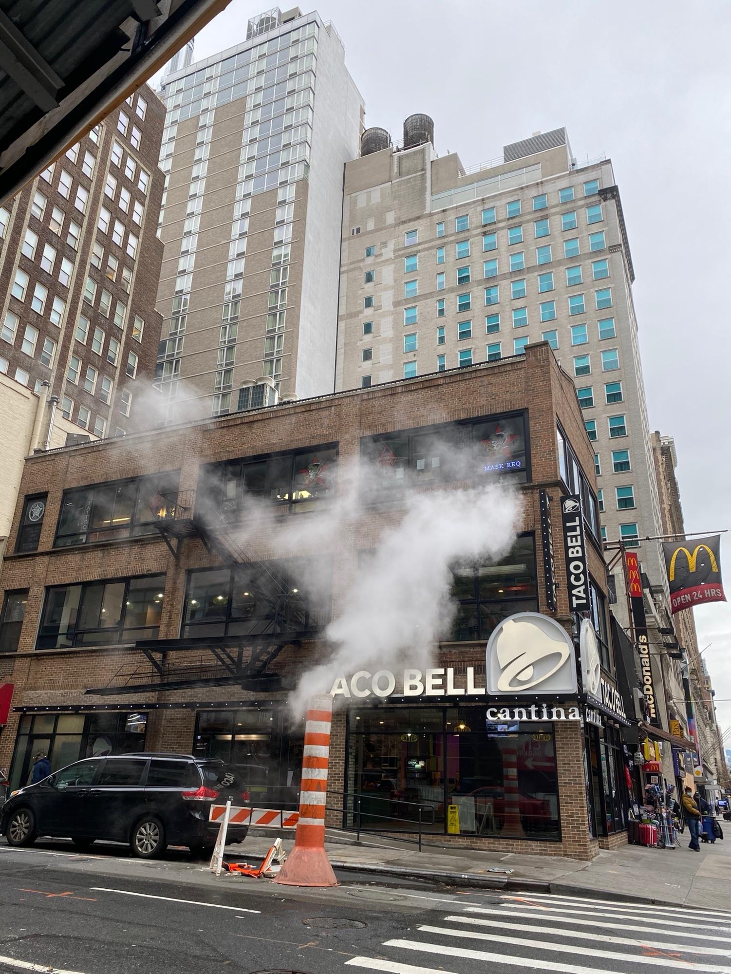 Вот такие трубы с паром часто встречаются на улицах Манхеттена, кстати. Что- то у них не так с паровым отпоплением, видать. Любят они поддать парку.