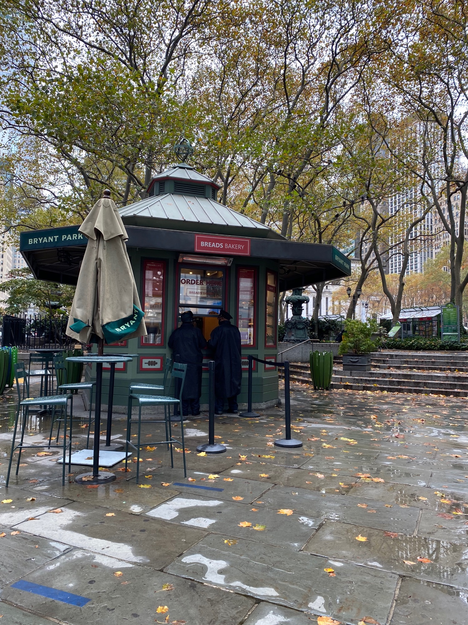 Полицейские решили испить кофейку. Кстати в этом парке кофе вкусный. Я пробовала.