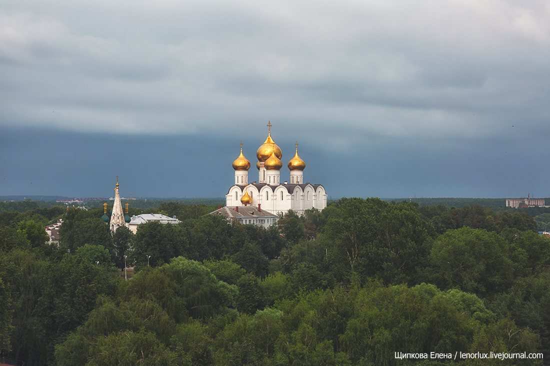 Вид на Ярославль со звонницы монастыря