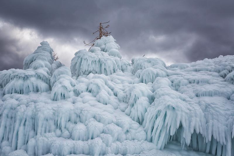 ледяные наледи на берегу