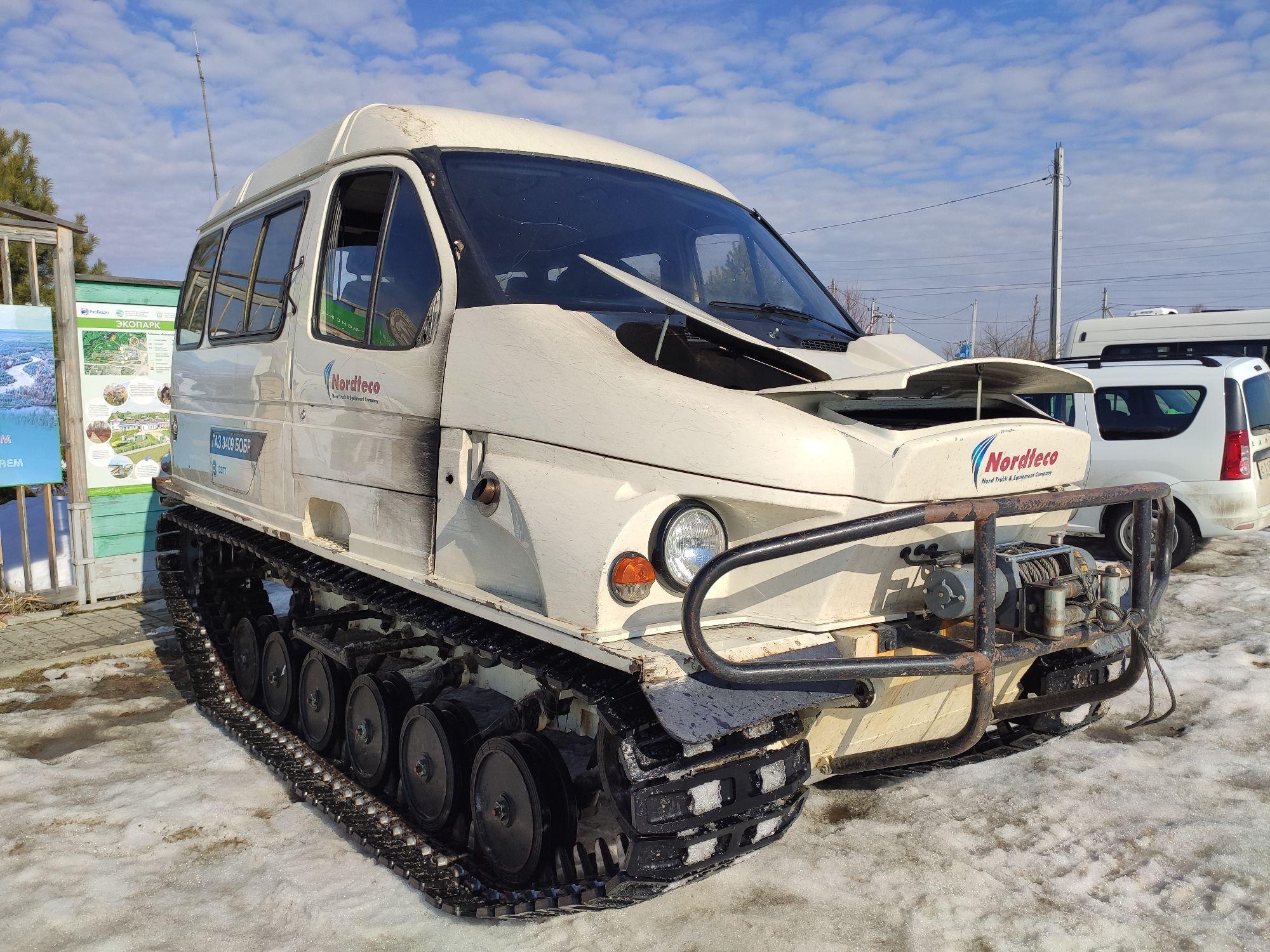 """Наша карета под кодовым названием """"Бобр"""" подана. От поселка до кордона, где нам предстояло прожить несколько дней, кроме этого снегоболотохода добраться ни на чем невозможно ибо снег. Местами снег переходит в воду, что никак не облегчает передвижение."""
