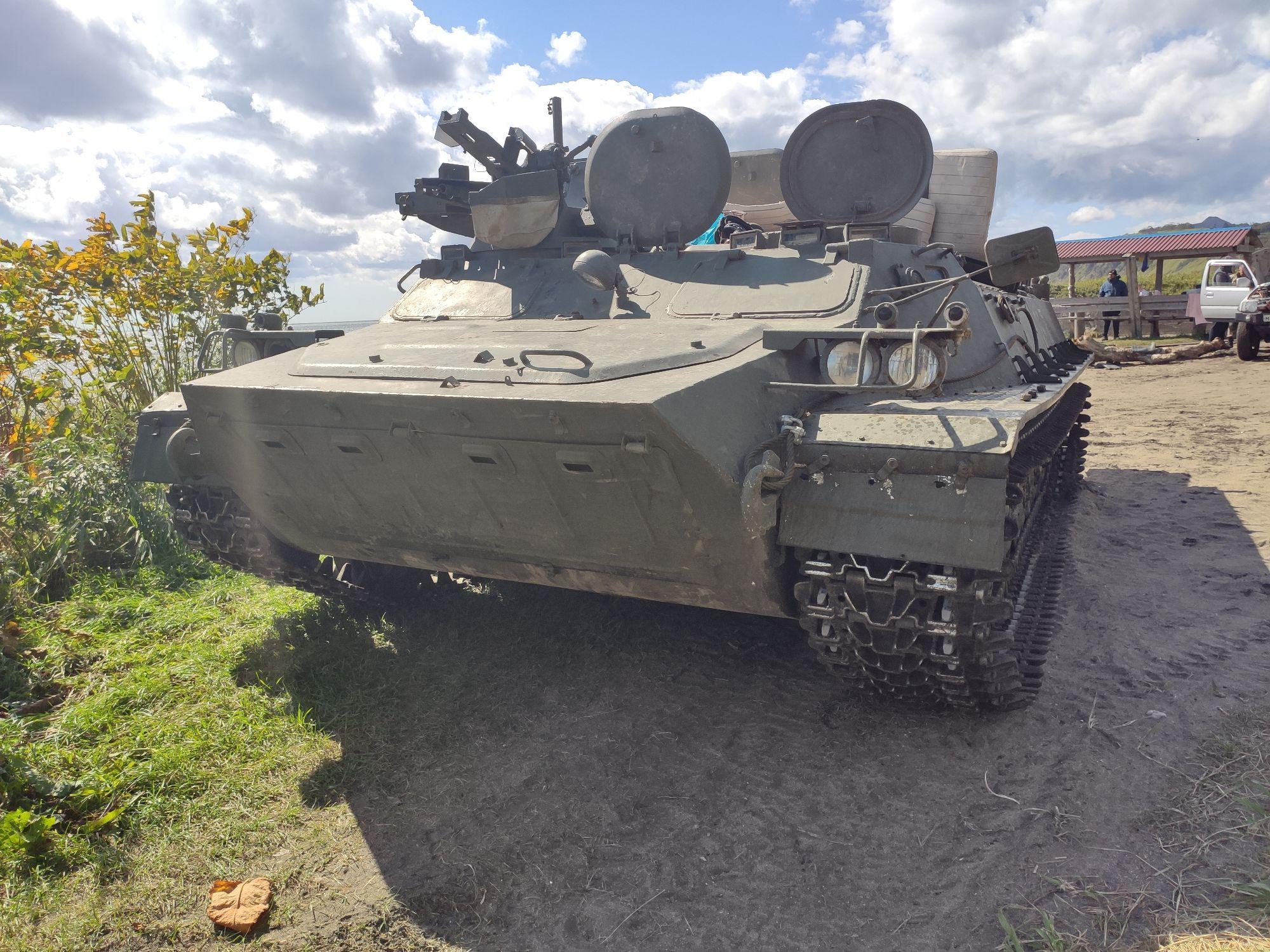 """Вот на этом  """"танке"""" на броне мы 4 часа ехали из Южно -Курильска до кордона с видом на Тятю."""