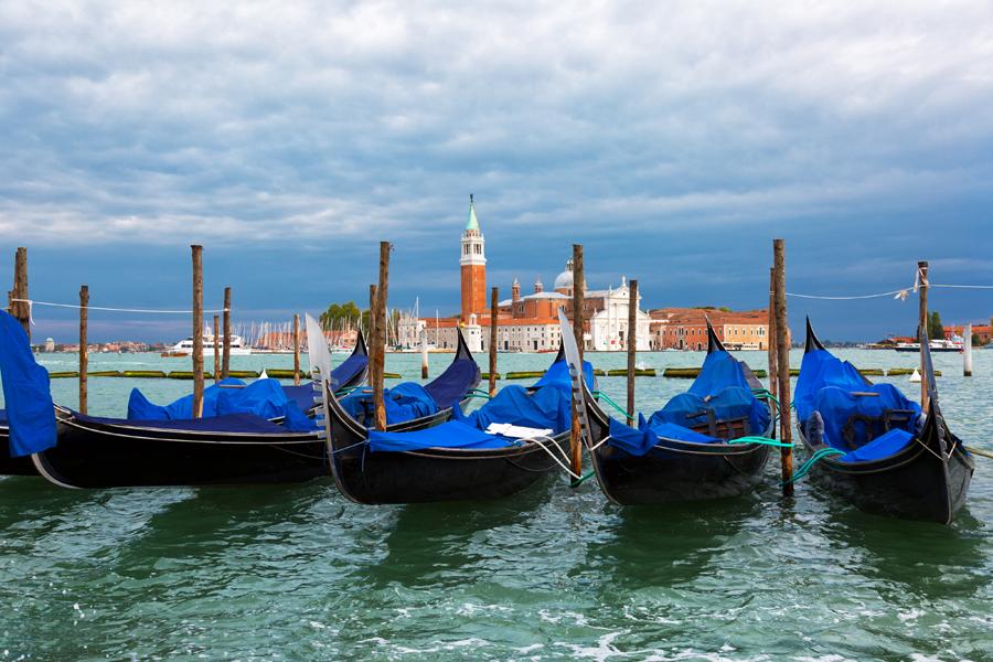 Гондолы на Гранд-Канале в Венеции