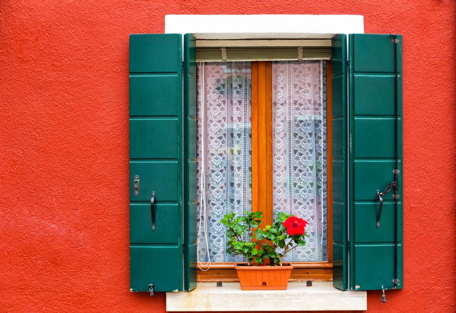 Бурано, цветы на окне