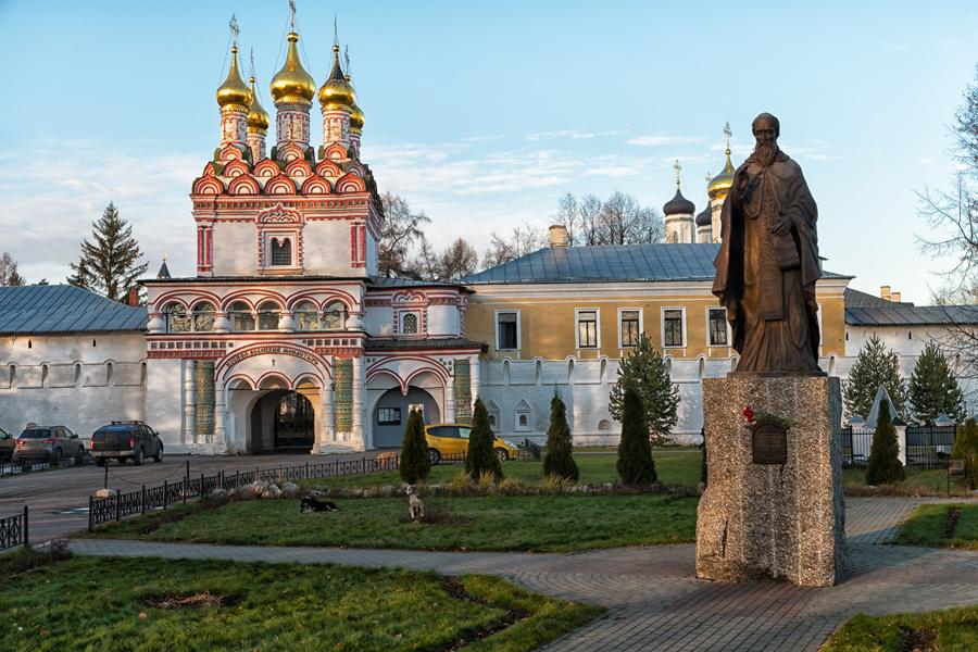 Свято-Успенский Иосифо-Волоцкий монастырь. Памятник Иосифу Волоцкому