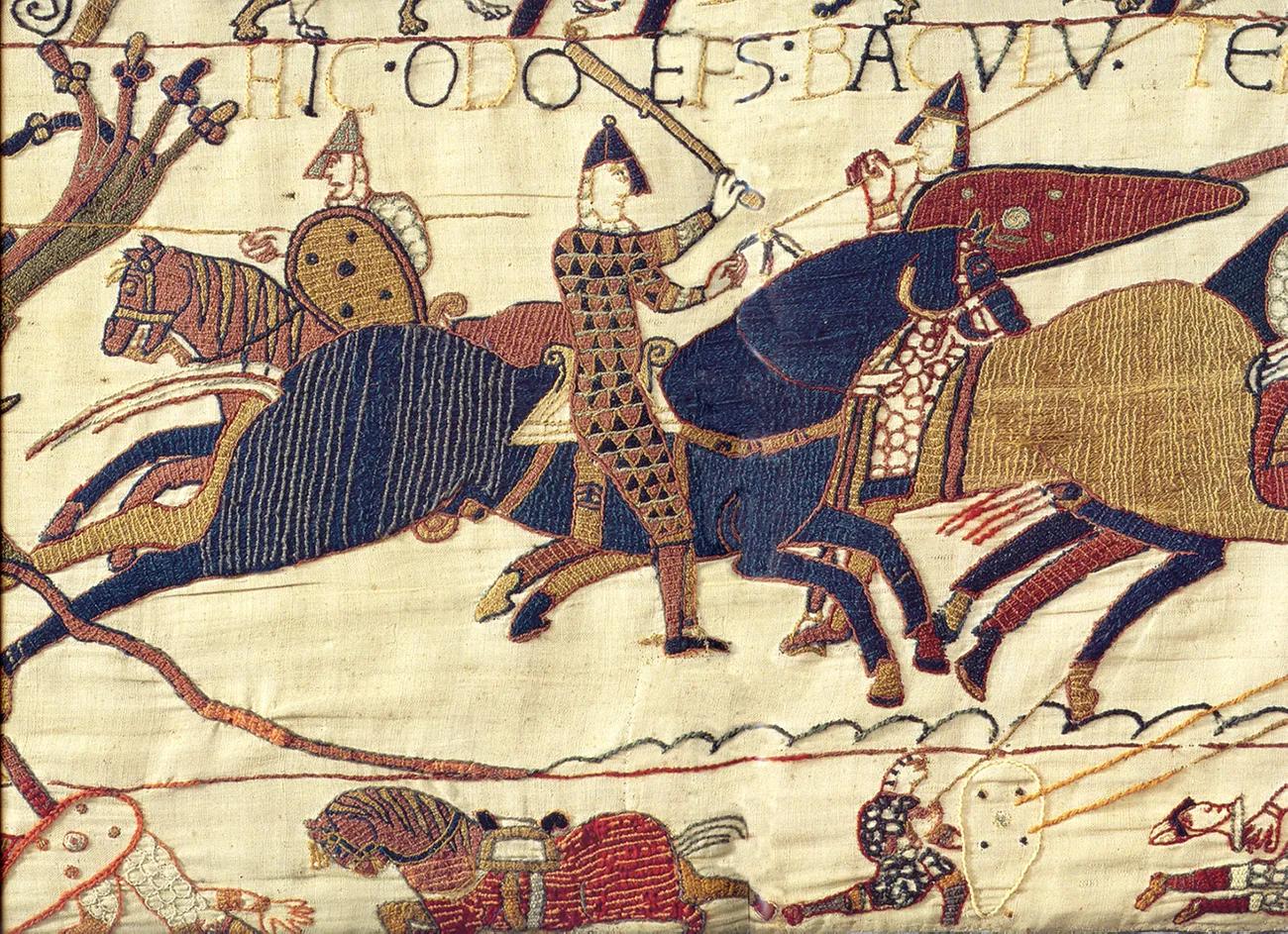 Сцена из гобелена в Байё с изображением Одо, епископа Байё, объединяющего войска герцога Уильяма во время битвы при Гастингсе в 1066 годуWikimedia Commons
