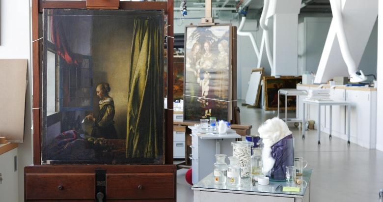 """Картина Яна Вермеера """"Девушка, читающая письмо у открытого окна"""" в начале реставрации. Фото: Дрезденская картинная галерея.   Gemäldegalerie Alte Meister"""
