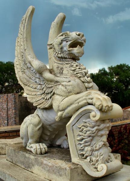 Статуя крылатого льва, поддерживающего герб, в поселке Крус Гранде, Аргентина