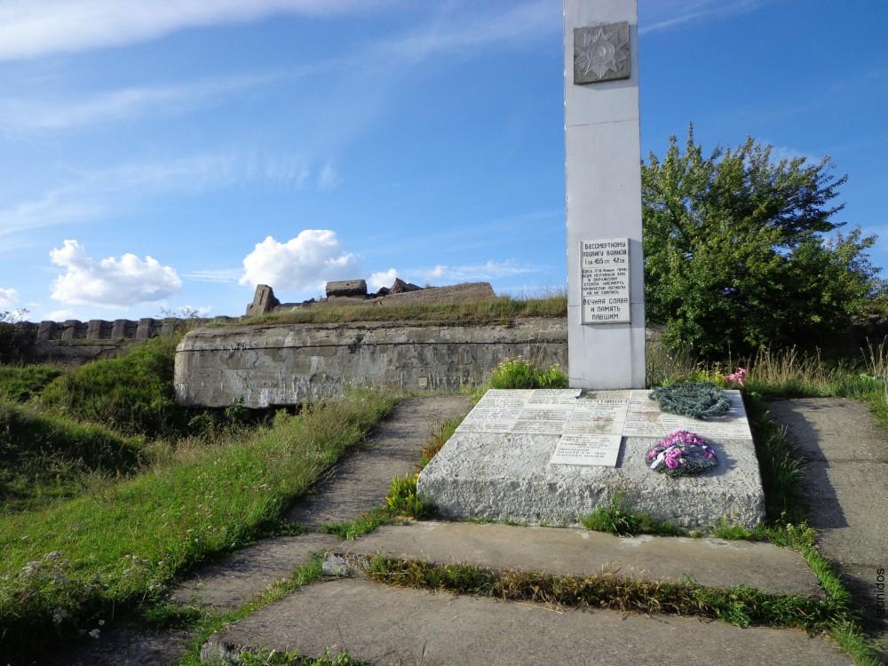Памятник возле форта