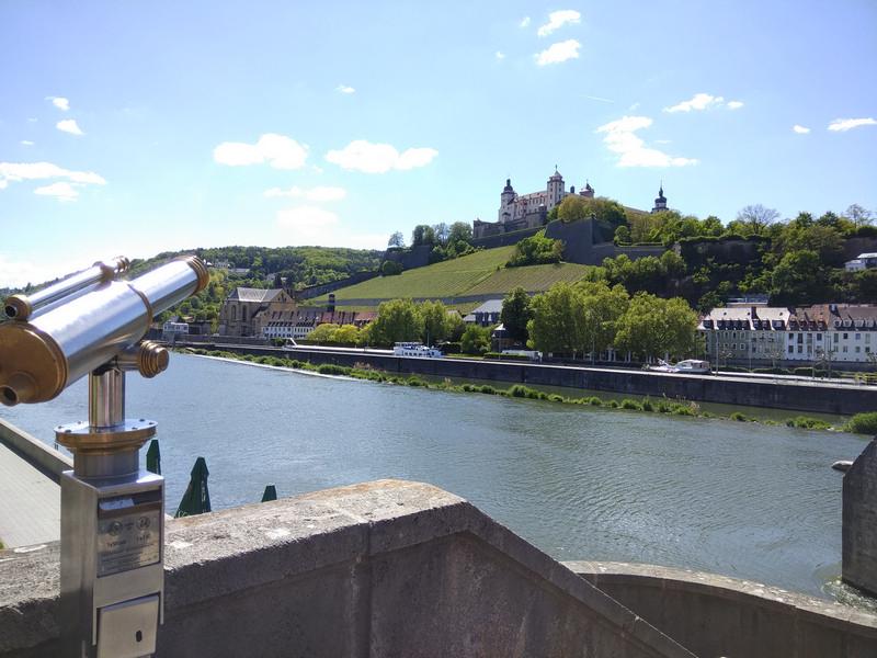 За рекой крепость Мариенберг