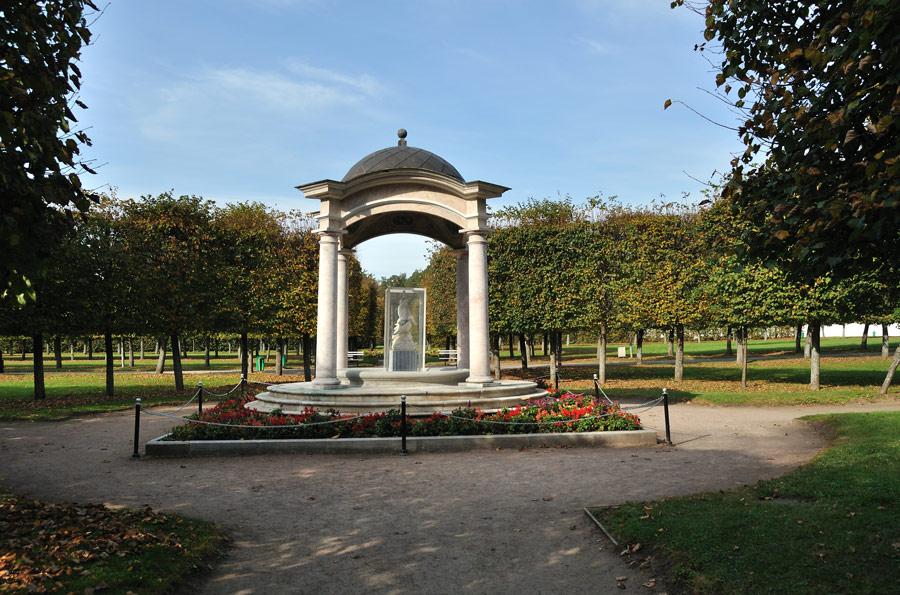 Мраморные розы Спас-Клепики Памятник Скала с колотыми гранями Кропоткинская