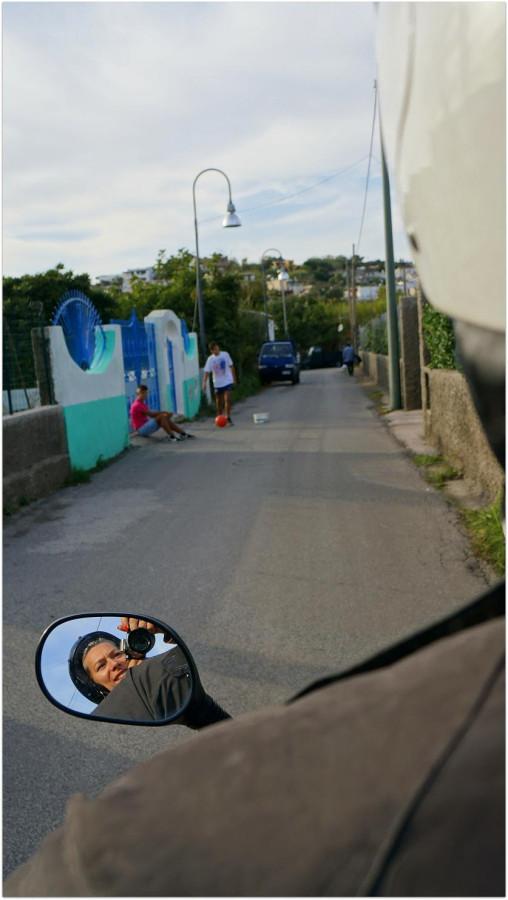 Ребята играют в футбол прямо на дороге