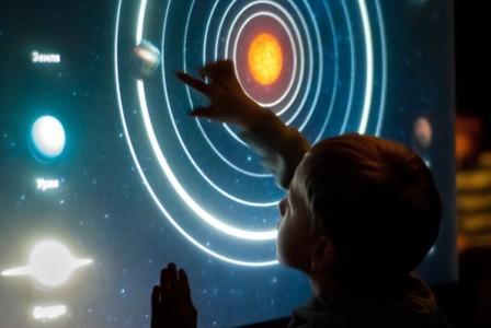 Сенсорная-панель-экран-атракцион-в-планетарии-кинотеате-atmasfera-360-Киев