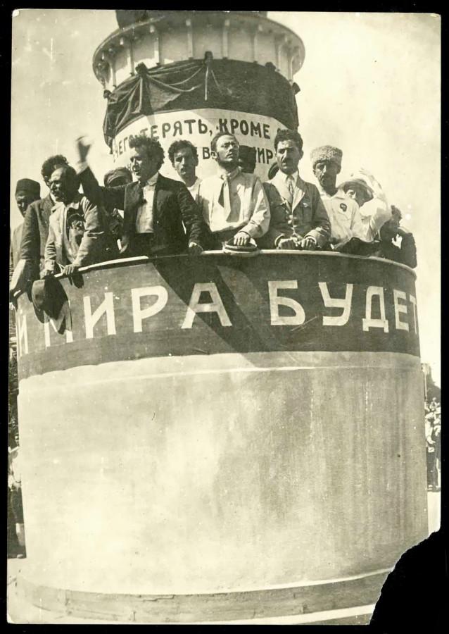 Zinovev-i-Radek-na-kongresse-narodov-Dalnego-Vostoka-1