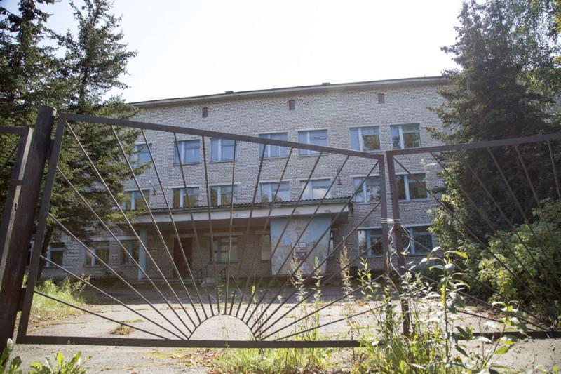 В Новосокольники для реконструкции корпуса бывшей железнодорожной больницы в инфекционный стационар из Москвы подрядчиком были привезены 88 граждан Кыргызстана.