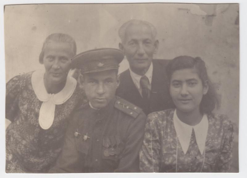 Семья Беркал в 1945 году после войны: Мария Абрамовна, Хона, Евсей Львович, Броня (моя мама).
