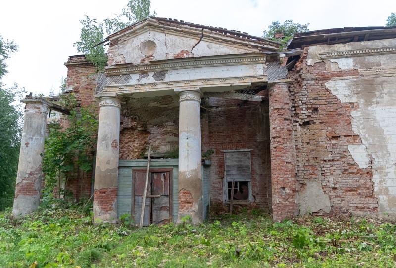 Руины усадебного храма.