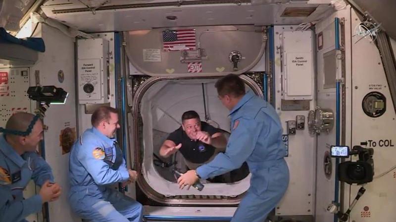 Астронавты, работающие на Международной космической станции, открыли люк и вступили в контакт с экипажем Crew Dragon. Первым на МКС отправился 49-летний астронавт Роберт Бенкен, а затем 53-летний Дуглас Харли. 31 мая 2020 года.