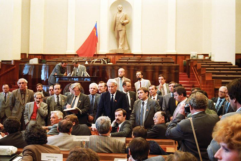 В зале заседаний Первого Съезда народных депутатов РСФСР.