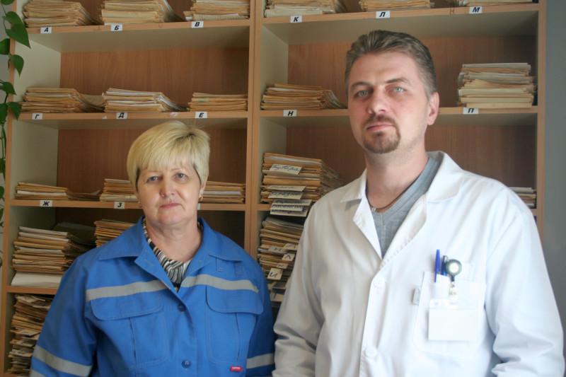 Фельдшер Мария Варкалец и врач Алексей Голубцов, сотрудники поста скорой медицинской помощи в селе Ляды Плюсского района Псковской области.