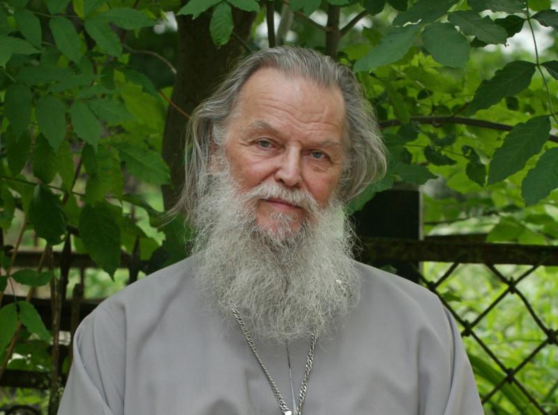 Отец Павел Адельгейм. 14 июня 2011 года. Псков, у храма Св. Жен Мироносиц.