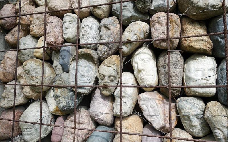 Стена памяти жертв сталинских репрессий. Вырванные из будущего. Скульптор Евгений Чубаров, парк «Музеон», Москва.