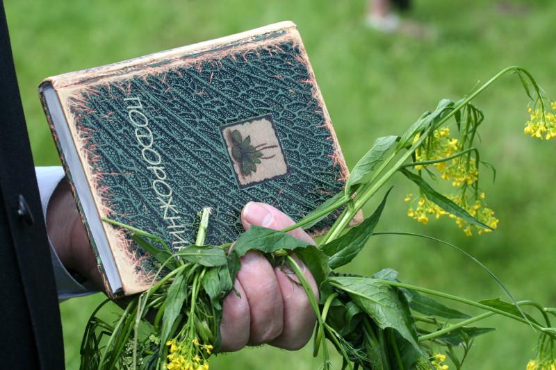 Книга «Подорожник» в руках у Валентина Яковлевича Курбатова. Большая Михайловская поляна, 5 июня 2010 года.