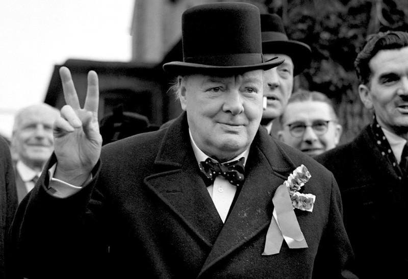 Уинстон Черчилль и его фирменный жест.