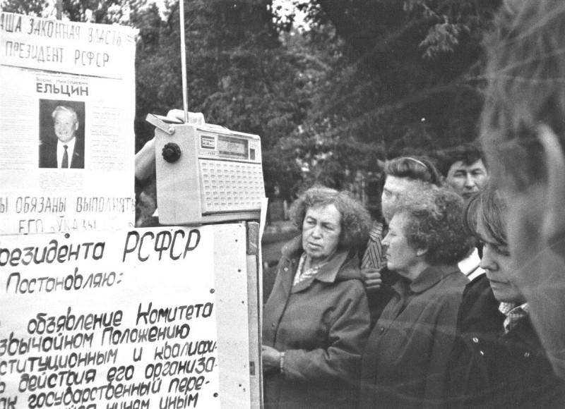 Псков. Летний сад. Несанкционированный пикет у памятника Пушкину. 19 августа 1991 года. Фото: Изот Журавский