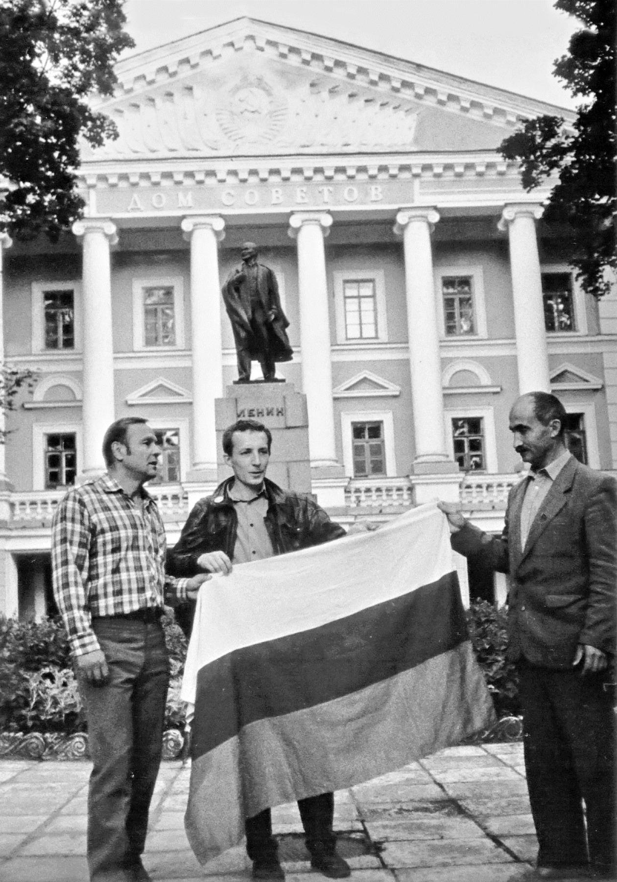 Псков, 24 августа 1991 года. Первый российский триколор, поднятый над зданием Дома Советов. Опубликовано в «Псковской губернии» 23.08.2006.