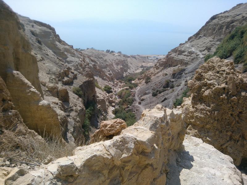 Спуск к пещере. На заднем плане тропа, по которой я недавно прошел вверх.