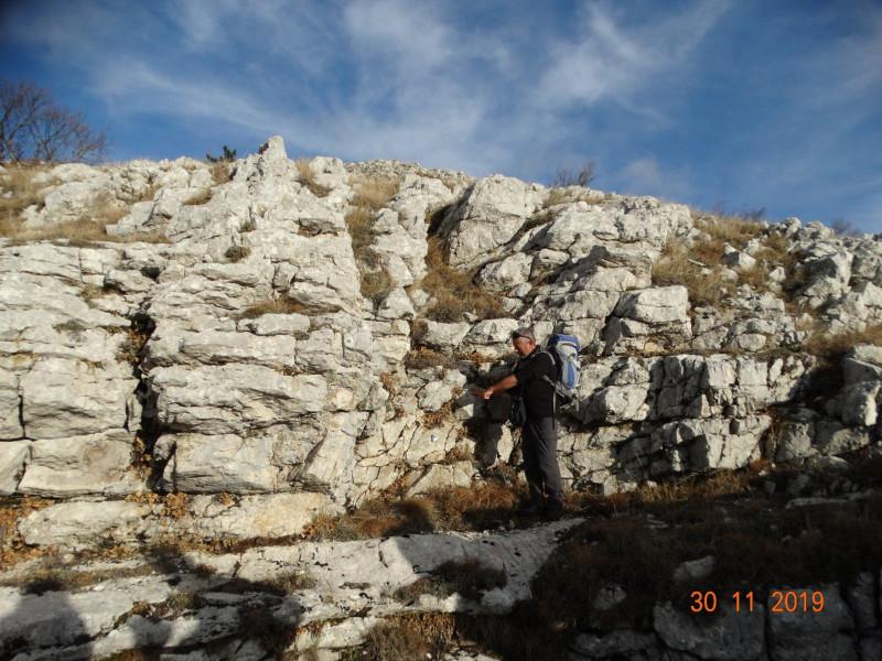Под ногами 30 метровая шахта пещеры На хребте.