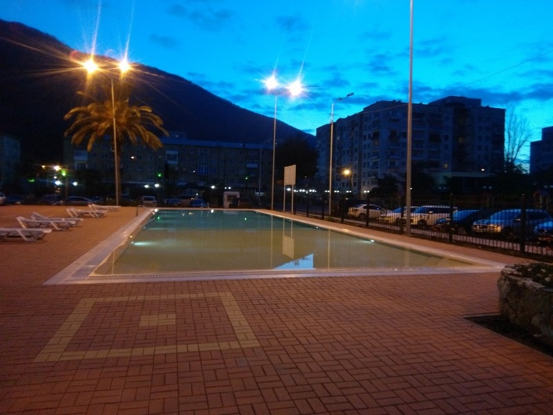 Открытый бассейн в отеле. Вода градусов 18-20.  Желающие купаются.