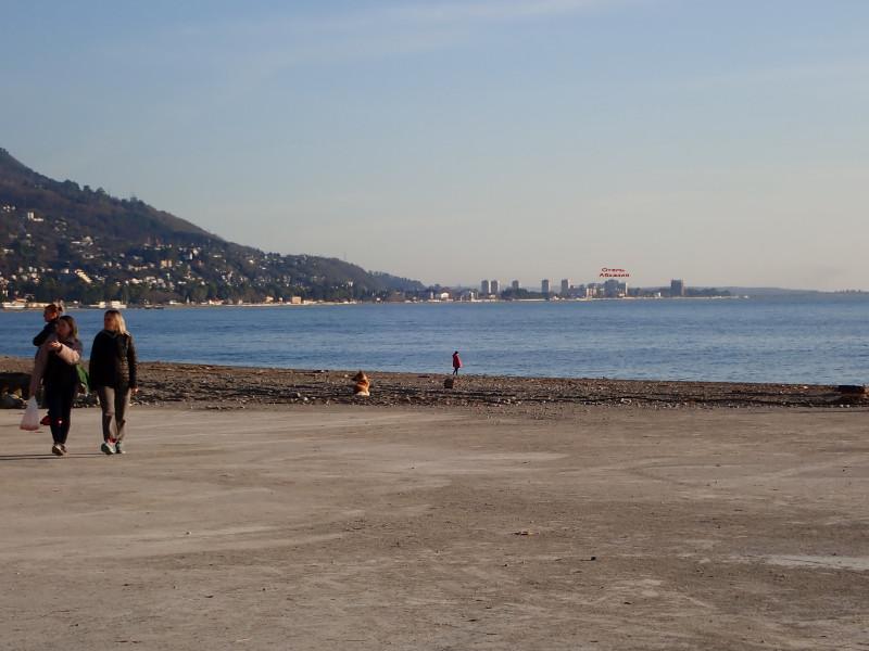 Вдали отель Абхазия. До него 5.5 км.