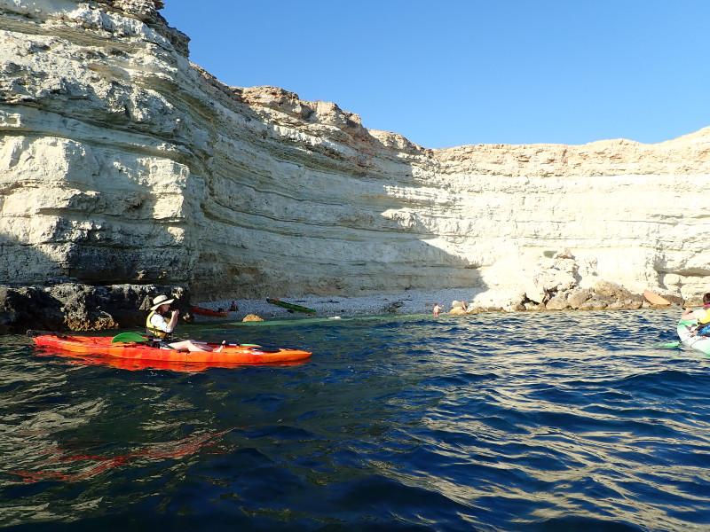 Каякинг из Голубой бухты. Пляж под скалами