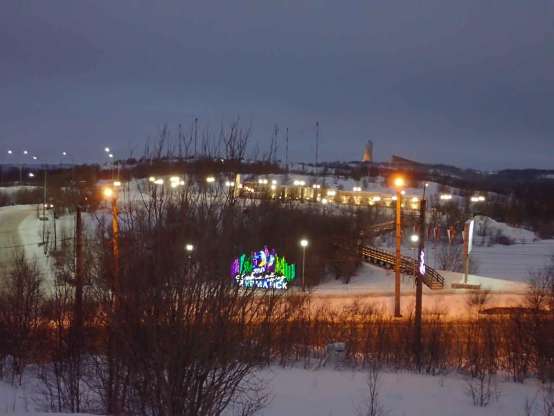 """Чуть выше светящейся надписи """"Любимый город Мурманск"""", там, где фонари, находится еще один мемориал, Памятник мужеству и стойкости жителей Мурманска , называемый в народе """"Печная труба"""".  А еще дальше одинокая фигура Алеши."""