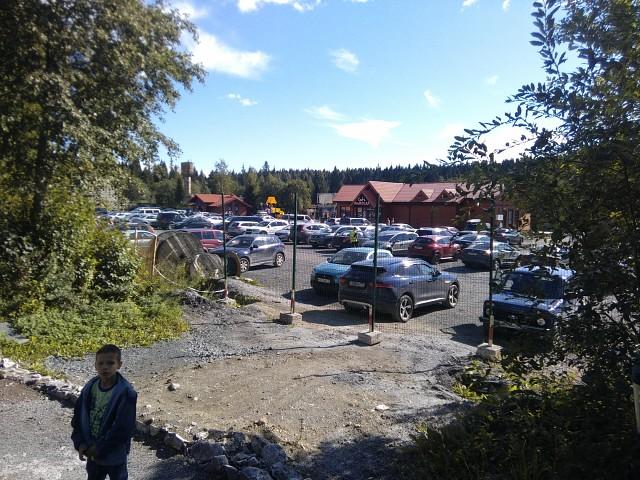 Судя по количеству машин на стоянке, это место очень популярно.