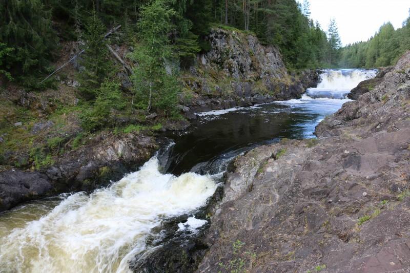 Поток воды очень мощный. Местные говорили, что уровень упал раза в полтора