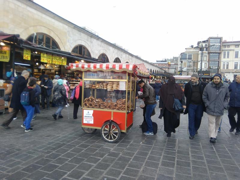 Лоток с симит - бублики, посыпаные кунжутом. Самая традиционная уличная еда наряду с кукурузой и каштанами.  Барышня в черной парандже - это арабка, турчанки так не ходят.