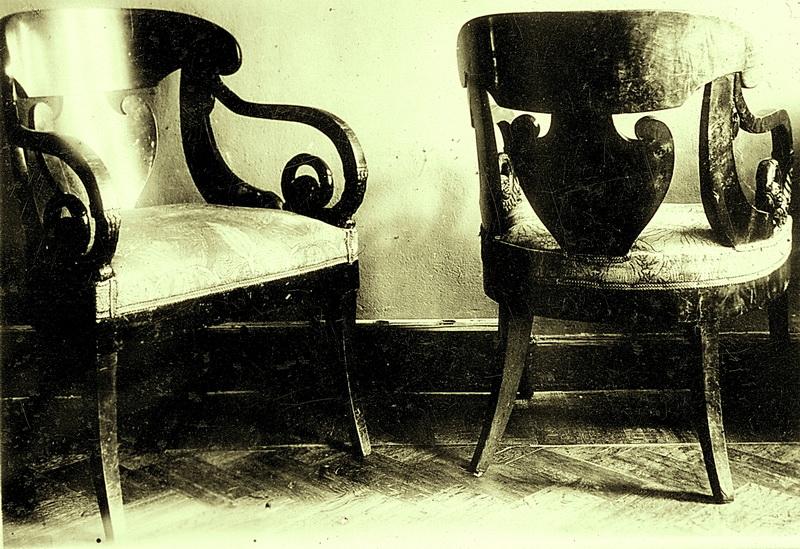 Кресла возможно из мореного тополя или березы.Н.У-12
