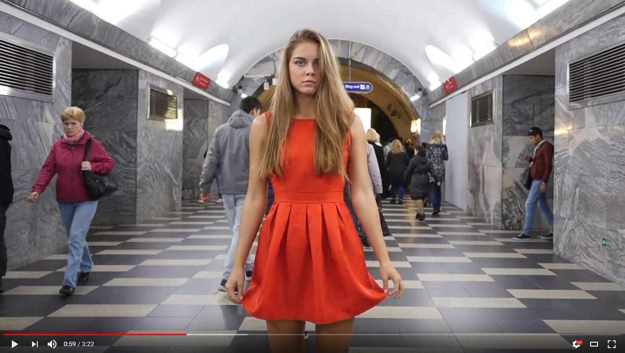 Девушкам задирают юбки в метро, полностью глотает огромный член
