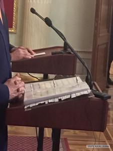RASKA Лавров выходит на пресс-конференцию с листочком. Керри - с папкой