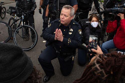Полицейские встали на колени перед протестующими в СШАsm
