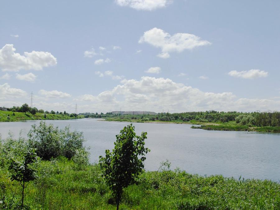 Свислочь перед Чижовским водохранилищем. Минск. Вид на мусорный террикон