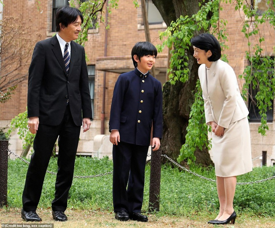 11998332-6898371-Prince_Fumihito_of_Japan_left_and_his_wife_Princess_Kiko_right_a-a-7_1554726630828.jpg