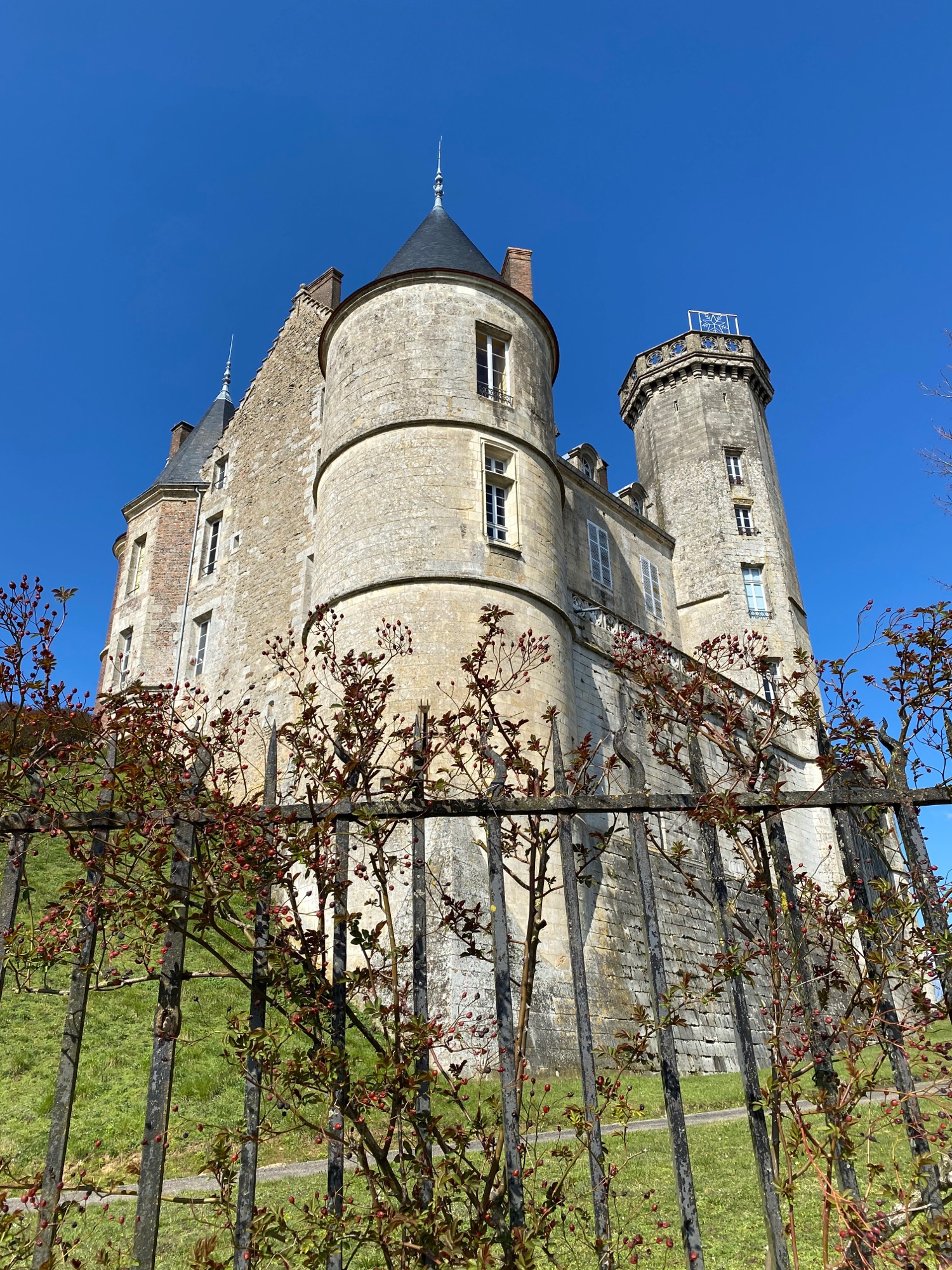 Château de Montmirail, 12 век, в столетнюю войну  было знаменито. А еще там встречались Henri II Plantagenêt с королем Франции Louis VII младшим. Там можно остановиться и пожить, но не сейчас. Закрыто все. Улицы пусты. 374 жителя где-то скрывались от нас. И булочной нет.