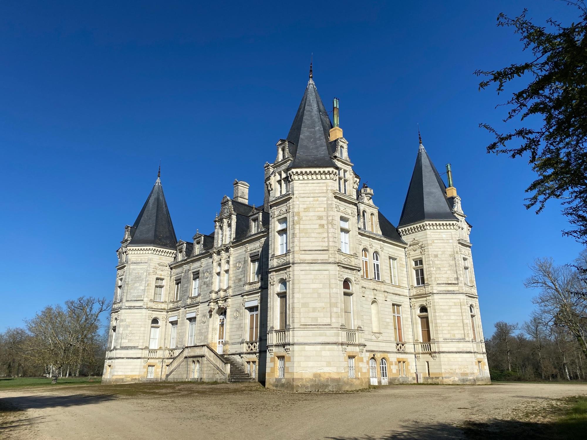 Шато de Rouvoltz. Парк открыт, шато закрыто. Прекрасная лестница, солнце, конюшня 15 века. В конюшне стоит джип. И никого.